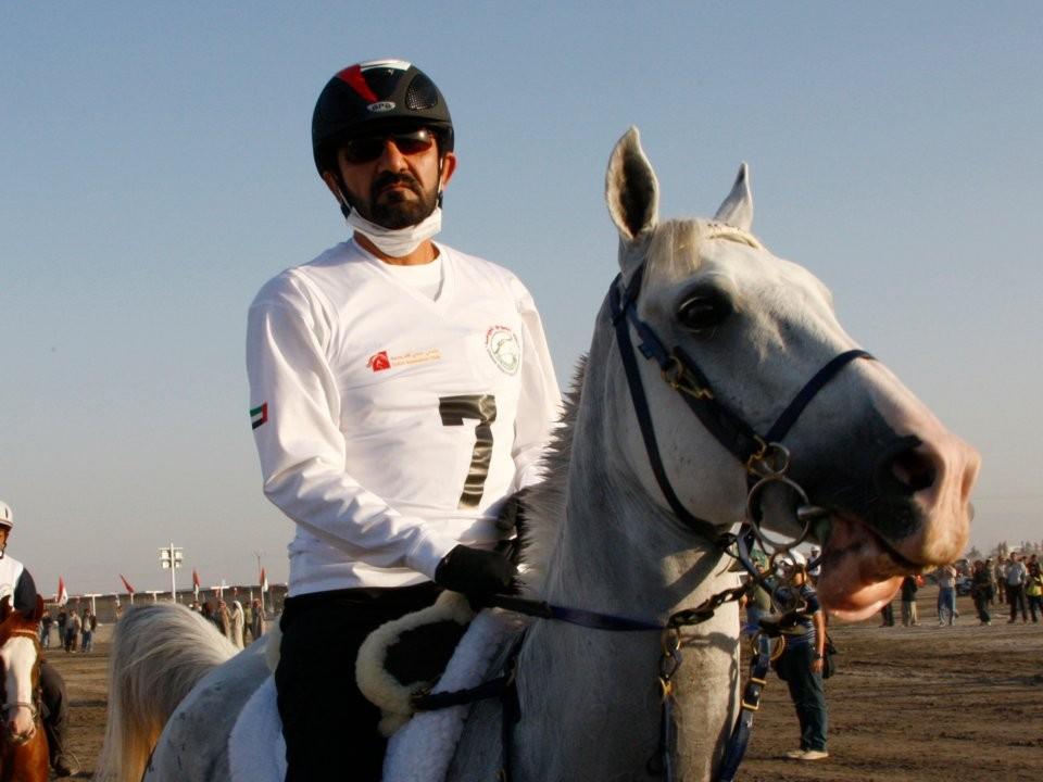 الشيخ محمد بن راشد آل مكتوم أثناء ركوب الخيل