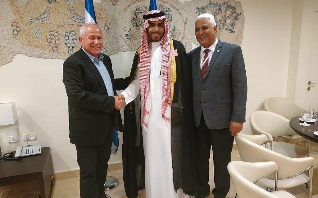 المدون السعودي محمد سعود أثناء التطبيع مع مسؤولين إسرائيليين