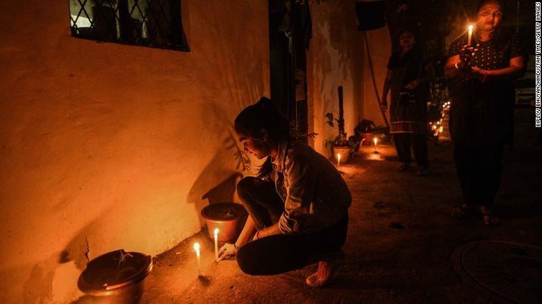 الهنود يشعلون الشموع في إظهار للتضامن مع العاملين الصحيين على الخطوط الأمامية. في حربهم لمكافحة تفشي فيروس كورونا.jpg