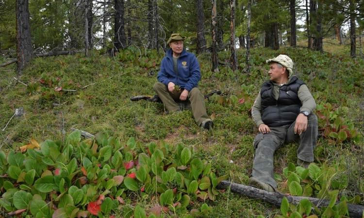 فلاديمير بوتين (يسار) وسيرجي شويغو يتحدثان خلال وقت فراغ بوتين في منطقة تايجا السيبيرية.jpg